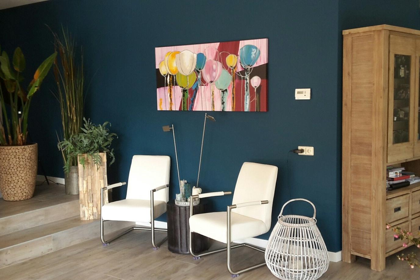 Blauwe muur in woonkamer na kleuradvies aan huis